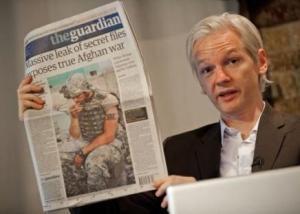 Imagen de Julian Assange con un periódico mostrando el efecto de wikileaks